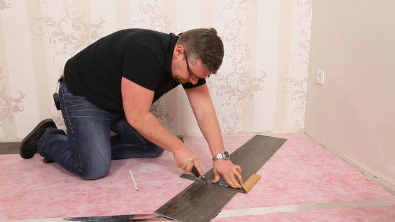 Vinylboden Auf Fliesen Verlegen Küche Bad Und Flur Alle Infos - Selbstklebender vinylboden auf laminat kleben