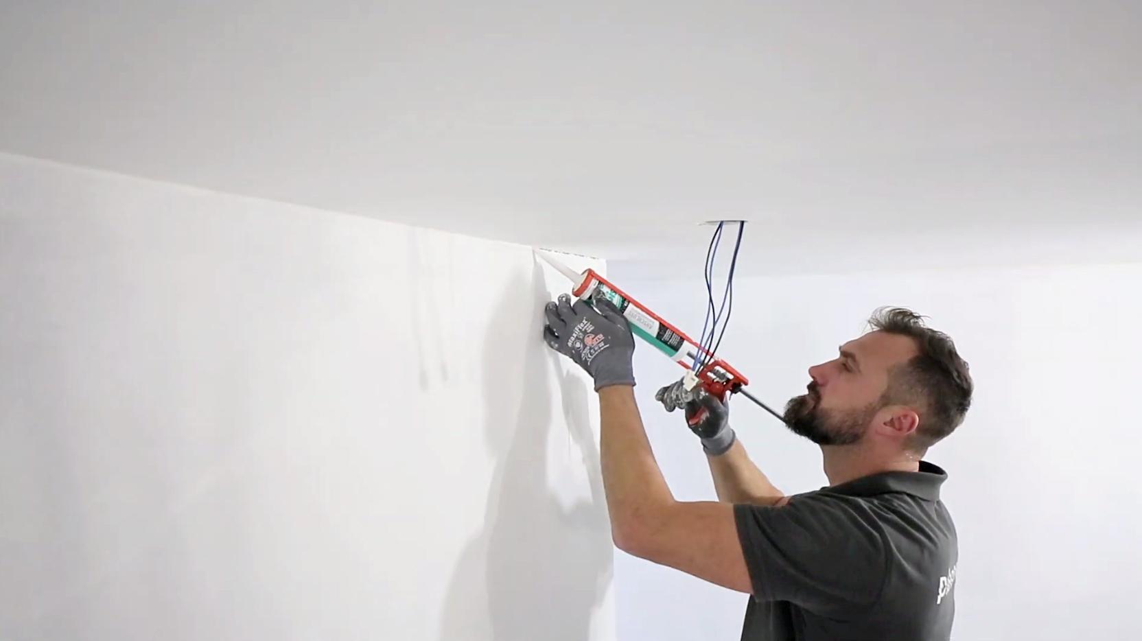 Alle zu streichenden Ecken sollten Sie mit Acryl versiegeln.
