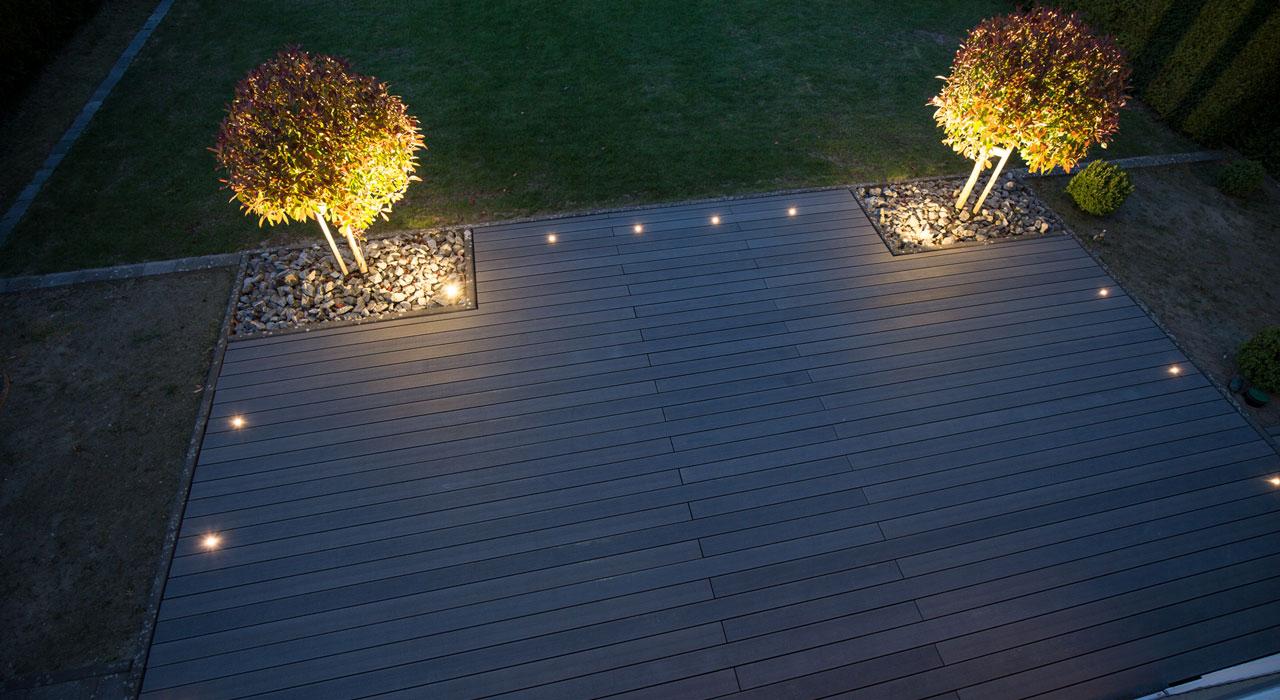 Terrasse beleuchtet mit GardinoLights von planeo.